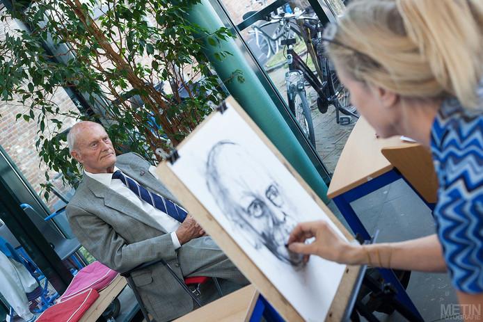 Oud-burgemeester Wolter Lemstra  wordt geportretteerd bij aanvang van de expositie.