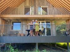 """Het huis op stelten van Tine en Luk: """"We wilden een huis waar we elk moment van het jaar konden buiten zitten"""""""