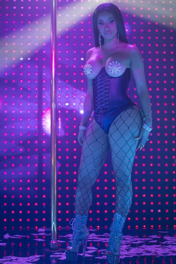 Cardi B, la strip-teaseuse devenue rappeuse, fait une furtive apparition dans le film.