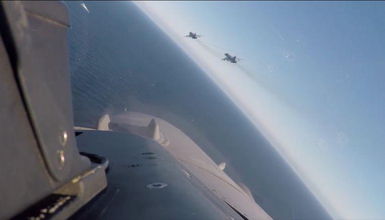Cockpit- en camerabeelden van Belgische F-16's die Russische straaljagers onderscheppen boven de Baltische Zee.