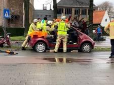 Brandweer helpt gewonde bestuurder uit wagen na ongeval