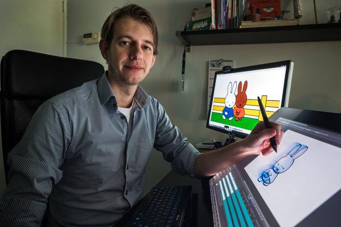 De Utrechtse animator Thijs Viegers achter het beeldscherm waarop een tekening van nijntje verschijnt.
