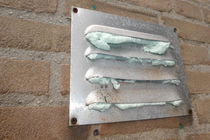 Vandalen 'purren' roosters dicht in De Romme in Berlicum. Levensgevaarlijk, omdat ook CV-afvoerbuizen worden dicht gespoten. Dat kan een dodelijke afloop hebben.
