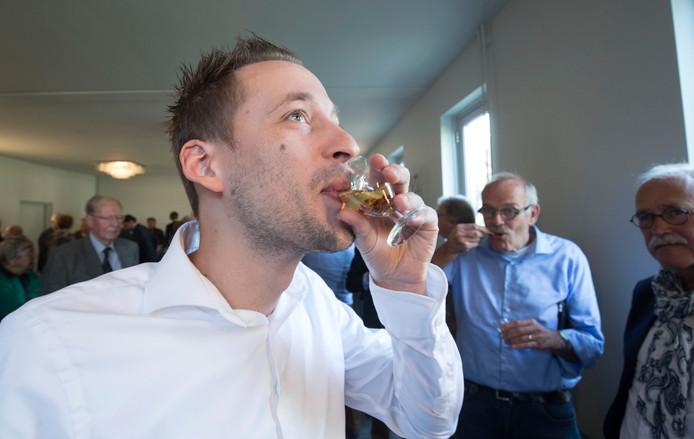 In de pauze van de buurtspraak wordt traditioneel een glaasje brandewijn met kandij gedronken, zoals hier in 2017.