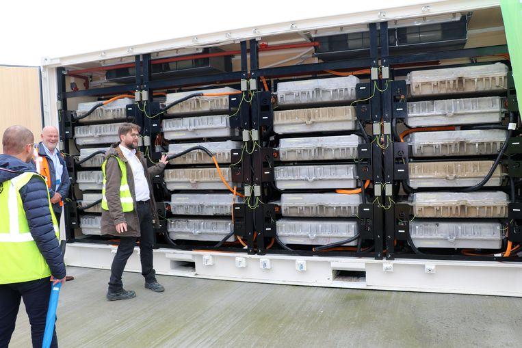De 48 batterijen worden opgeslagen in containers.