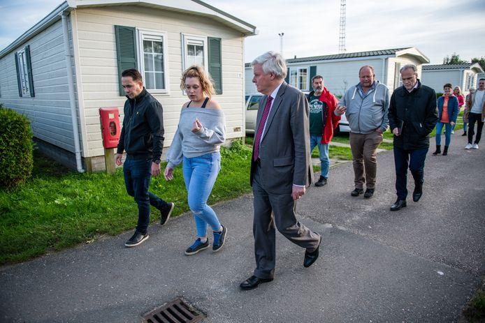 Bezoek van Burgemeester Frans Buijserd (Nieuwkoop) aan de polencamping aan de Oostkanaalweg in Ter Aar. (archiefbeeld)