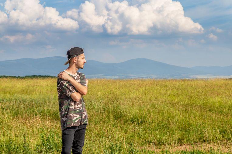 Erik Varjú kijkt uit op zijn dorp Perin.  Beeld null
