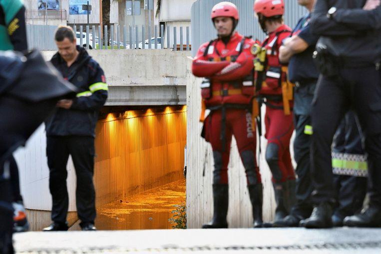 Reddingswerkers bij de tunnel in Almeria waar een man het leven liet.