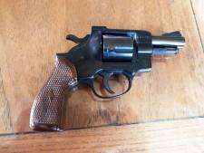 Politie vindt revolver in Almkerkse  woning