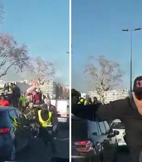 Heftige beelden van Franse agente die door gele hesjes wordt belaagd