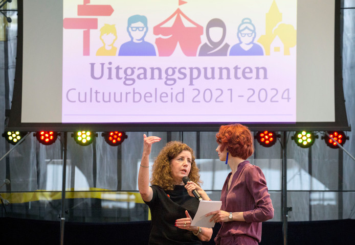 Minister Ingrid van Engelshoven van cultuur (links) presenteert het cultuurbeleid voor de periode 2021-2024 in de Lochal in Tilburg.