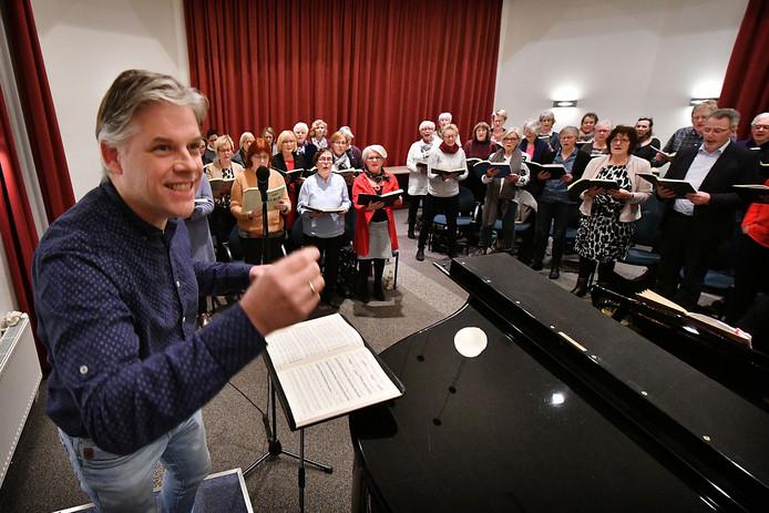 Dirigent Erik Kotterink en Sursum Corda tijdens de repetitie voor een eerder concert.