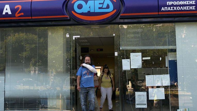 Een Griekse man verlaat een arbeidsbureau in Athene. Beeld epa