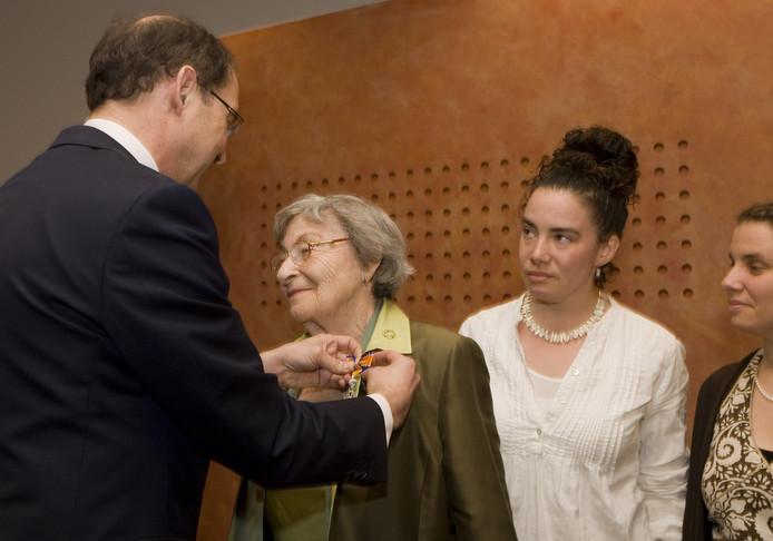 Minister Ab Klink (L) spelde in 2010 de onderscheiding Ridder in de Orde van Oranje Nassau op bij de destijds 87-jarige Selma Engel-Wijnberg (2eL), onder toeziend oog van haar kleindochters Tagan (2eR) en Kendra (R). Engel-Wijnberg werd in 1943 via Westerbork afgevoerd naar Sobibor. Ze is de enige Nederlandse vrouw die de verschrikkingen in dit  vernietigingskamp heeft overleefd en was na haar terugkeer niet meer welkom in Nederland omdat ze met een Pool was getrouwd. Klink bood haar eerder op dag namens de Nederlandse regering excuses aan voor deze ongepaste behandeling.