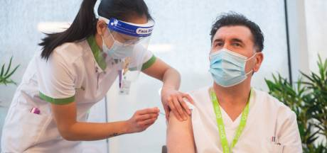 """Eerste ziekenhuismedewerkers krijgen Modernavaccin toegediend: """"Ik heb hier echt naar uitgekeken"""""""
