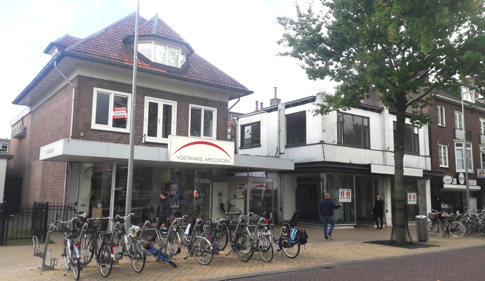 De twee voormalige Dirk Blok-panden. Het rechter gebouw was de fietsenwinkel; dat pand wordt nog flink opgeknapt.