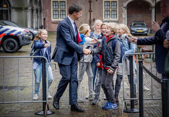Mark Rutte komt aan op het Binnenhof waar de onderhandelaars van VVD, CDA, D66 en ChristenUnie spreken met informateur Gerrit Zalm.
