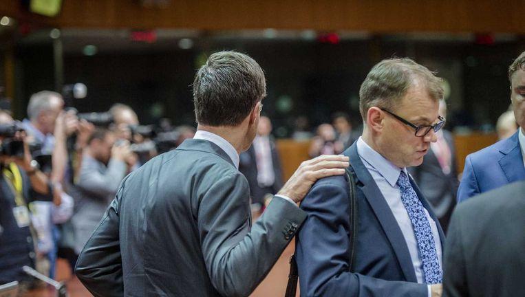 Premier Rutte legt de hand op de schouder van de Finse premier Sipilä. Beeld anp
