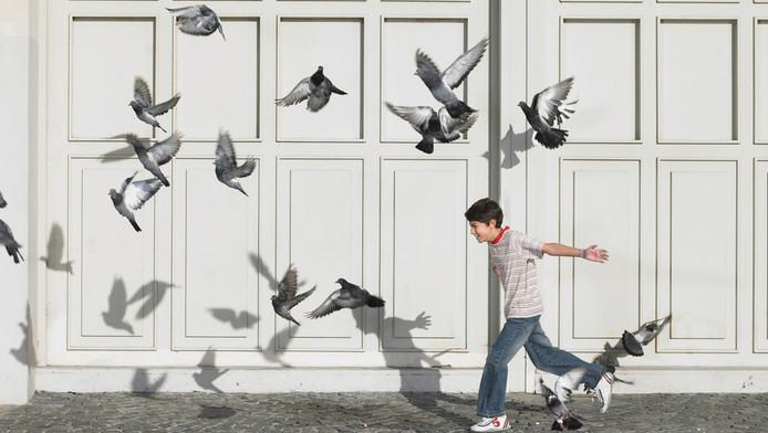 In oude wijken zien de organisaties steeds vaker kinderen, die eerst naar de opvang gingen, op straat rondhangen.