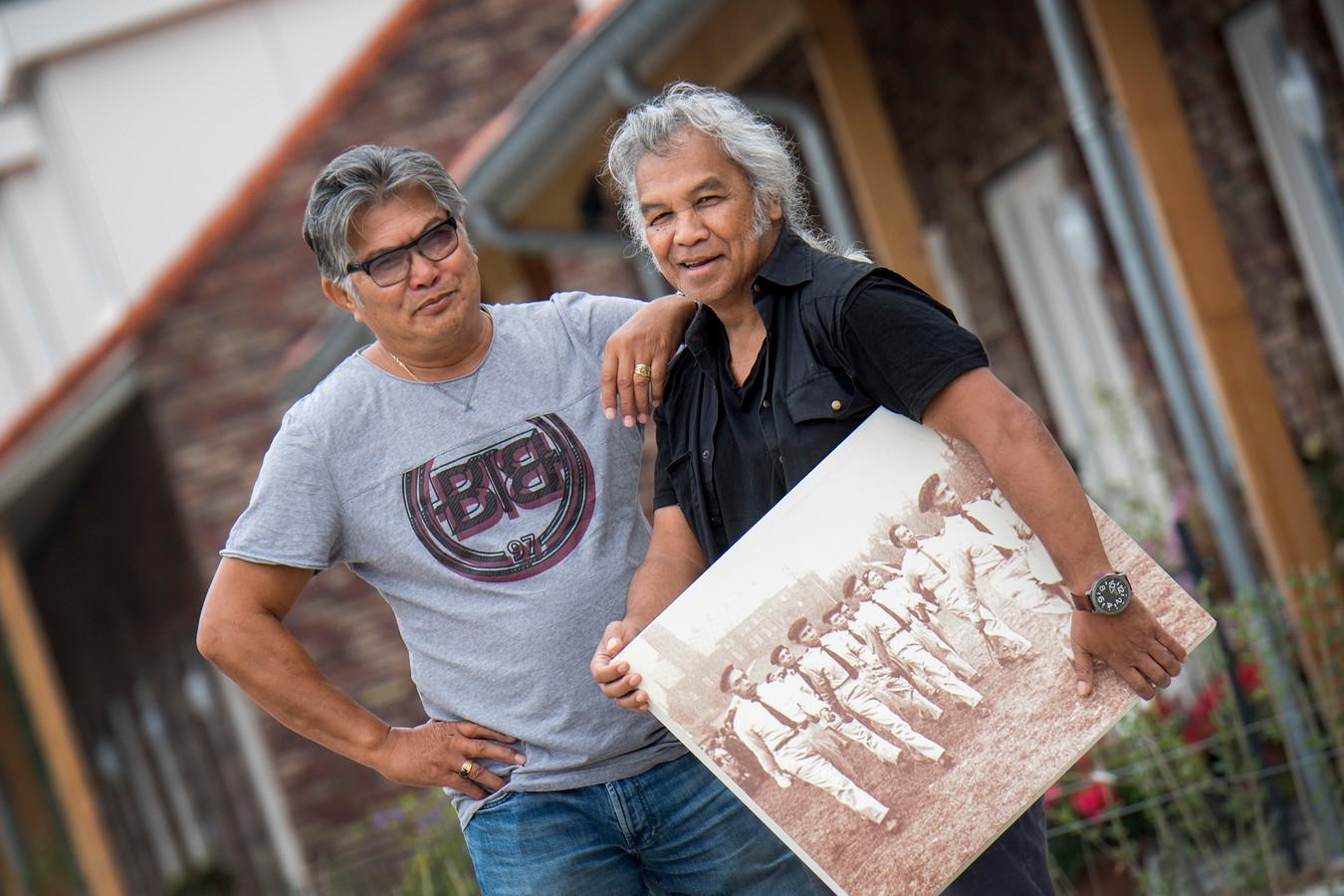 Vic Latumahina (rechts) samen met Johnny Lopurissa die ook in de werkgroep zit die zich inspant om voor een Moluks monument in Tiel.