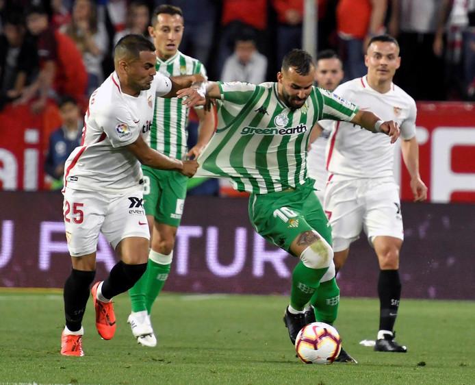 Gabriel Mercado in duel met Jesé Rodriguez.