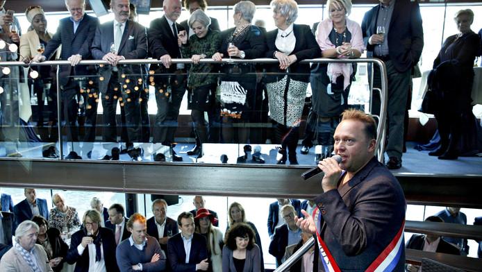 Richard Groenendijk zingt 'Een meisje loos in Rotterdam' nadat hij de Gouden Mossel heeft gekregen.