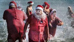 IN BEELD. Kerstmannen komen opnieuw samen in Kopenhagen, en dan kan er al eens een deugddoende zomerplons vanaf