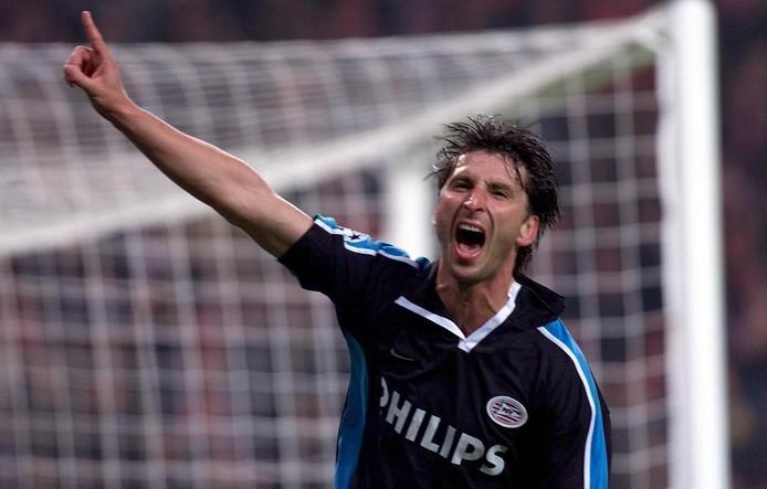 Luc Nilis maakt de 2-1 tegen Bayern München en is dol van vreugde.