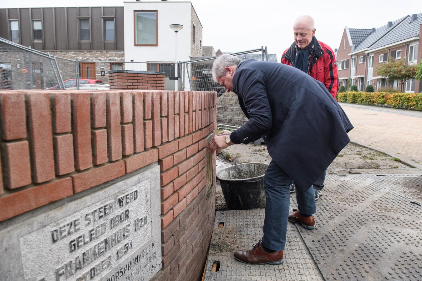 Peter Bos, oud-directeur Frankenhuis en nazaat van oprichter Salomon Frankenhuis, metselt symbolisch de 'eerste stenen' van de textielfabriek in een stenen bankje bij woonwijk Nieuw Frankenhuis. Jan Goorhuis (achter) is de initiatiefnemer van het project.