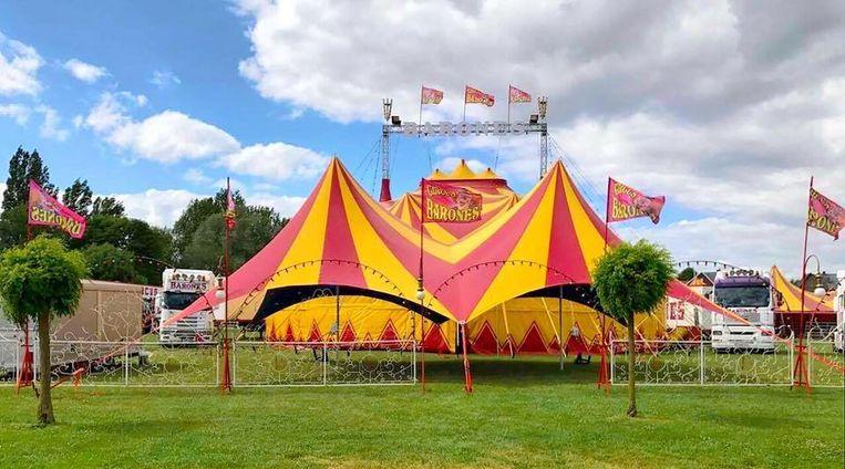 Circus Barones zet hun tent op in Ardooie.