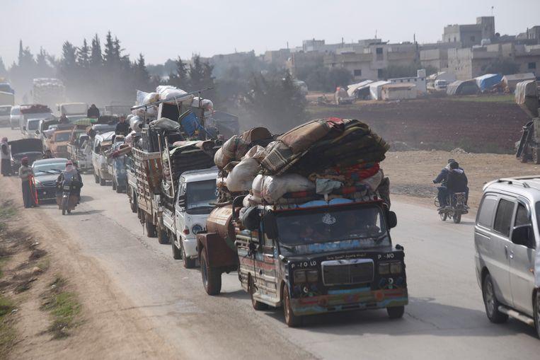 Syrische vluchtelingen op weg naar Hazano, een stad in het noordwesten van de provincie Idlib. Beeld AP