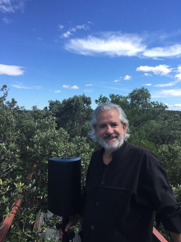 Kunstenaar Bert Barten laat bomen muziek maken tijdens een concert in Bergeijk.