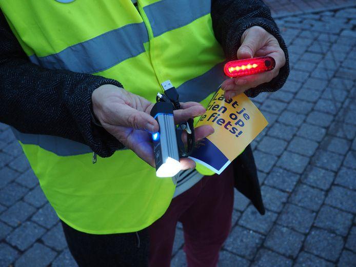AXA en de Fietsersbond deelden donderdagochtend fietslampen en speculaasjes uit op het Ontvoeringsplein in Mechelen.