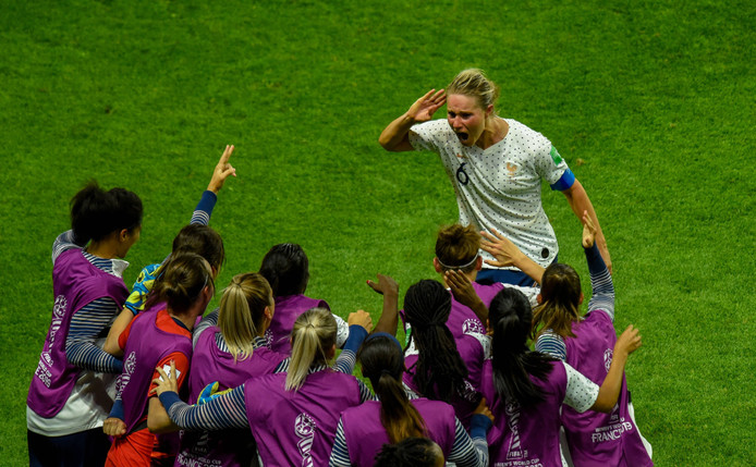 Amandine Henry viert haar doelpunt in de achtste finales met de bank van Frankrijk (2-1).
