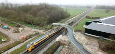 Slingerende spoorbrug de Hoge Noot in Park Lingezegen vordert gestaag: 28 mei is de opening
