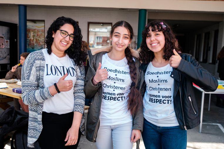 Van links naar rechts: Dina Alitem, Imane El Amrani en Soraya El Ghamri maken hun boodschap duidelijk: 'Respect voor iedereen, ongeacht zijn geslacht of geaardheid.'