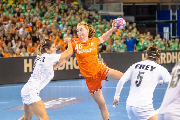 Dione Housheer zoekt in het shirt van Oranje een gaatje in de defensie tijdens een interland tegen Oostenrijk.