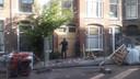 Deuren van de getroffen woningen aan de Voltastraat in Den Haag worden dichtgetimmerd.
