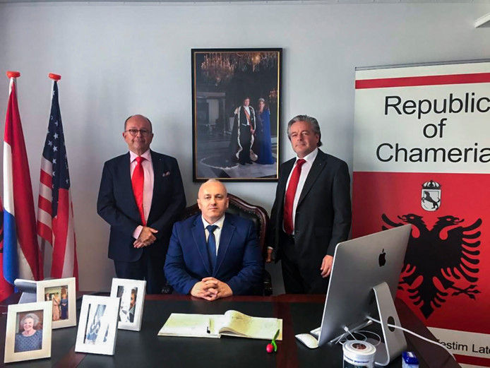 Archieffoto van Festim Lato (midden) poseerde als president van de republiek Chameria.