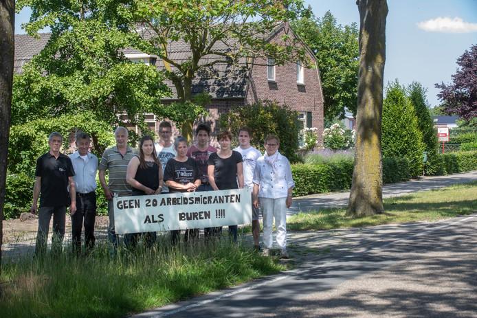 Buurtbewoners protesteren tegen mogelijke komst arbeidsmigranten in te koop staande boerderij aan de Nieuwendijk in Someren