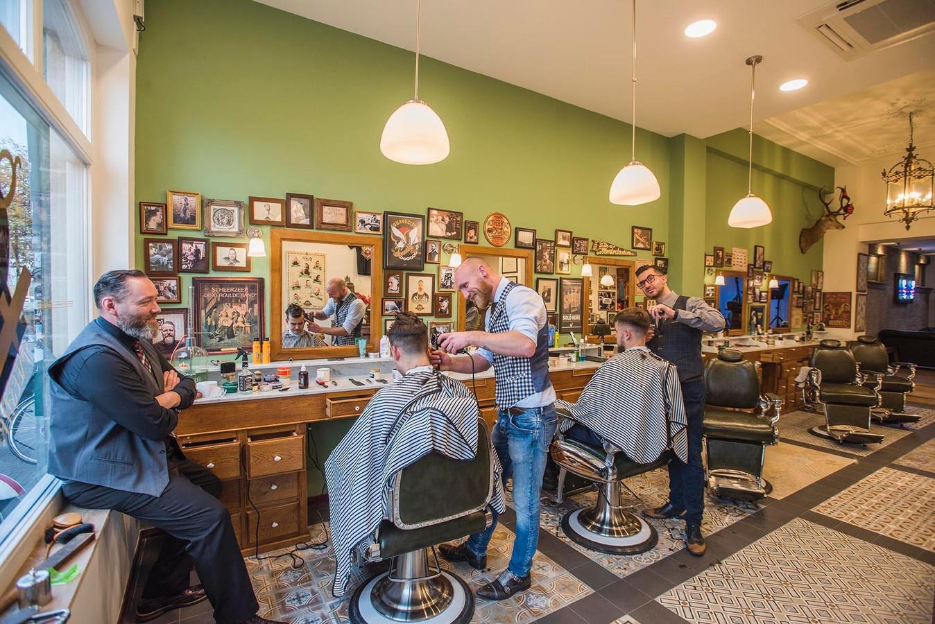 De nieuwe barbier aan de Spoorlaan, uiterst links Mark van Mierlo. Foto Jan van Eijndhoven