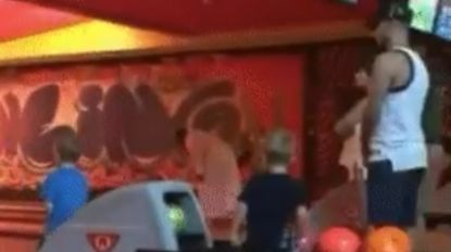Eindelijk vakantie: Eden Hazard waagt zich in Qatar aan een partijtje bowling met de kids