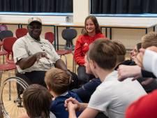 Gambia en Vroomshoop maken kennis met elkaar tijdens bezoek van paralympiër Sulayman Colley