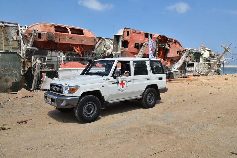 Een wagen van het Internationale Rode Kruis in de haven van Beiroet.  Beeld ANP
