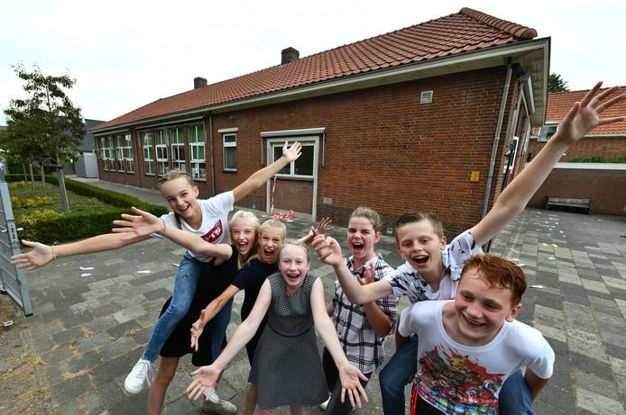 De laatste 7 leerlingen van De Wegwijzer in Asch: Remco, Gijsbert, Anna, Kyra, Esmee, Floortje en Lara.