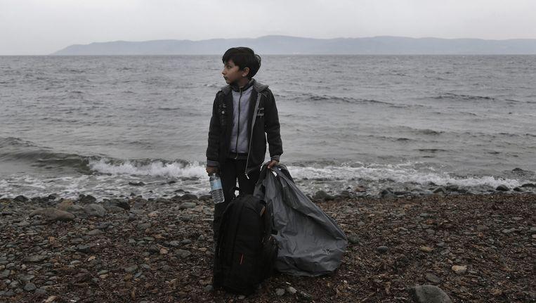 Een jongen arriveert op het Griekse eiland Lesbos. Beeld epa