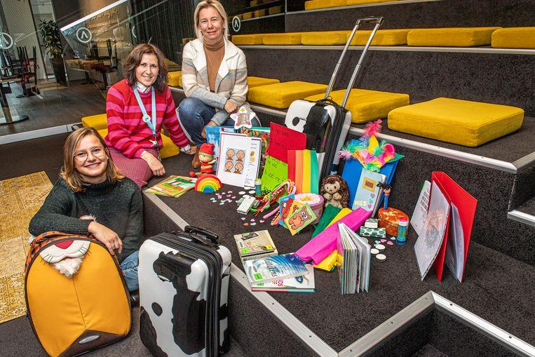 Deniza Miftari en Ilse Van Hevele van ARhus en Sandra Declerck van de Landelijke Kinderopvang presenteren de troostkoffers.