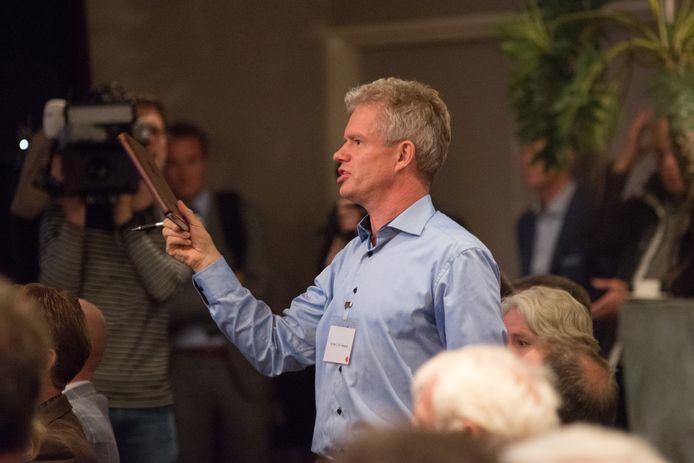 Leon Adegeest (51) uit Dalfsen tijdens de Informatiebijeenkomst Lelystad Airport op 18 september.