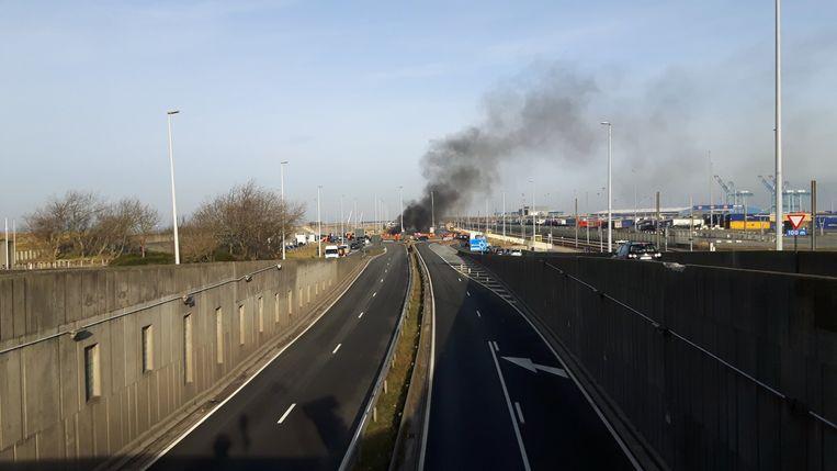De vuurstokers veroorzaakten heel wat schade aan het asfalt in Zeebrugge