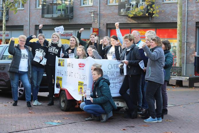 Leraren in Hardenberg trokken op een kar door het centrum